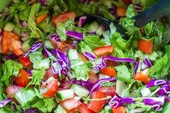 Zdrowa sałatka z pomidorami, ogórkiem, szpinakiem i kapustą, Obrazy Royalty Free