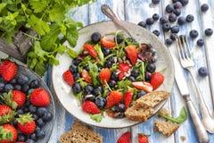 Zdrowa sałatka z czarnymi jagodami Fotografia Stock