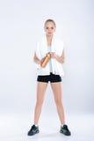Zdrowa sport kobieta w sprawności fizycznej odziewa z gym bidonem i ręcznikiem Obrazy Royalty Free