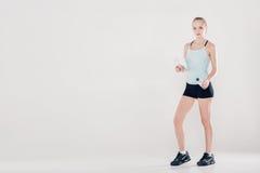 Zdrowa sport kobieta w sprawności fizycznej odziewa z gym bidonem i ręcznikiem Zdjęcie Stock