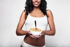 Zdrowa sprawności fizycznej kobieta je szybkiego śniadanie Fotografia Royalty Free