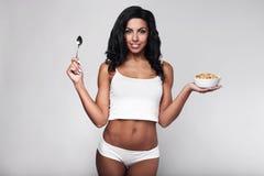 Zdrowa sprawności fizycznej kobieta je szybkiego śniadanie Fotografia Stock