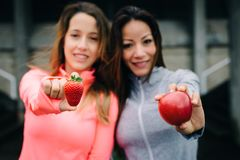 Zdrowa sprawności fizycznej przekąska z czerwonym jabłkiem i truskawką zdjęcia stock