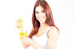 Zdrowa szczęśliwa kobieta gniesie sok od pomarańczowej i patrzeje kamery Zdrowy i prawy jedzenie Obrazy Stock