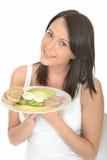 Zdrowa Szczęśliwa młoda kobieta Trzyma talerza norwegu stylu śniadanie Zdjęcie Royalty Free