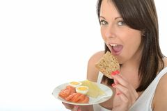 Zdrowa Szczęśliwa Naturalna młoda kobieta Je talerza norwegu stylu śniadanie Zdjęcia Stock