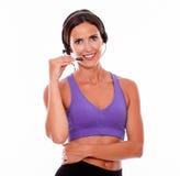 Zdrowa uśmiechnięta brunetka z kierowniczymi telefonami Zdjęcie Royalty Free