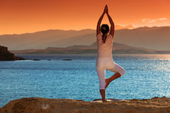 Zdrowa w średnim wieku kobieta robi sprawności fizycznej rozciąga outdoors Obraz Royalty Free