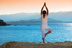Zdrowa w średnim wieku kobieta robi sprawności fizycznej rozciąga outdoors zdjęcia royalty free
