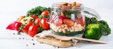 Zdrowa weganin sałatka w kamieniarza słoju z fasolami obraz royalty free