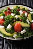 Zdrowa witaminy sa?atka kale, avocado, grapefruitowy, ser i wysuszeni cranberries w g obrazy stock