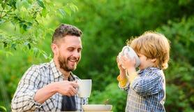 zdrowa ?ywno?? Rodzinna dzie? wi?? uczuciowa ojciec i syn jemy plenerowego kochaj? je?? wp?lnie Weekendowa śniadaniowa mała chłop zdjęcia stock