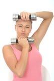 Zdrowa Zdecydowana Dysponowana młoda kobieta Trzyma Niemego Bell Obciąża ciągnięcie Wyrażeniowego Zdjęcia Stock