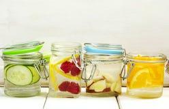 Zdrowa zdrój woda z owoc i warzywo i pomarańczowa zdrój woda Zdjęcia Stock