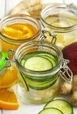Zdrowa zdrój woda z owoc i warzywo Ogórkowa zdrój woda, Fotografia Stock