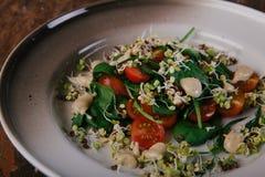 Zdrowa zielona sałatka z pomidorami, flance, szpinak Doskonalić dla detox diety lub zdrowego posiłku właśnie Fotografia Stock