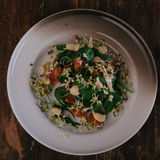 Zdrowa zielona sałatka z pomidorami, flance, szpinak Doskonalić dla detox diety lub zdrowego posiłku właśnie Zdjęcia Stock