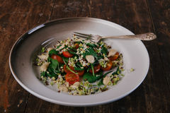 Zdrowa zielona sałatka z pomidorami, flance, szpinak Doskonalić dla detox diety lub zdrowego posiłku właśnie Obrazy Royalty Free