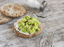 Zdrowe avocado kanapki na ciemnej drewnianej powierzchni, zdrowe śniadanie Obrazy Stock
