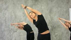 Zdrowe damy ćwiczy utrzymywać ich ręki w tonus Obrazy Royalty Free