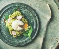 Zdrowe jarskie wholegrain avocado grzanki z kłusującym jajkiem, odgórny widok Obrazy Royalty Free