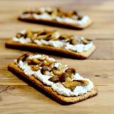 Zdrowe kanapki na drewnianym stole Otwarte kanapki z miękkim serem i pieczarkami na chrupiącym chlebie Smakowita jarska zakąska Zdjęcie Stock