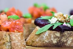 Zdrowe kanapki - plasterki chleb z piec bruschetta i beetroot Fotografia Stock