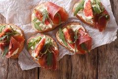 Zdrowe kanapki z fig, prosciutto, arugula i sera clo, Zdjęcie Stock