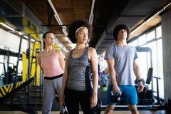 Zdrowe młode atlety robi ćwiczeniom przy sprawności fizycznej studiiem zdjęcia royalty free