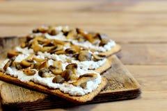 Zdrowe otwarte kanapki na drewnianej desce Kanapki z miękkim serem i pieczarkami na chrupiącym chlebie Smakowita jarska przekąska Obraz Royalty Free
