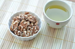 Zdrowe przekąski (orzech włoski i zielona herbata) Fotografia Stock
