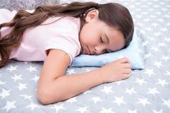 Zdrowe sen porady Dziewczyna śpi na małym poduszek bedclothes tle Dziewczyny dziecko długie włosy spada uśpiony poduszki zakończe fotografia stock