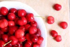 Zdrowe, soczyste, świeże, organicznie wiśnie w owocowego pucharu zakończeniu up, Wiśnie w tle Zdjęcia Royalty Free
