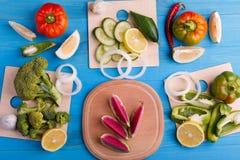 Zdrowego łasowania tła pracowniana fotografia różni owoc i warzywo na starym drewnianym stole obraz stock