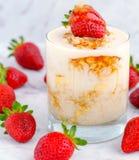 Zdrowego śniadania nocni owsy słuzyć z truskawkami Zdjęcia Stock