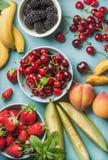 Zdrowego lata owocowa rozmaitość na błękitnym drewnianym tle Obraz Stock