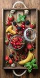 Zdrowego lata owocowa rozmaitość Słodkie wiśnie, truskawki, czernicy, brzoskwinie, banany i nowi liście, Obraz Stock