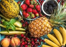 Zdrowego lata owocowa rozmaitość Słodkie wiśnie, truskawki, czernicy, brzoskwinie, banany, melonów plasterki i nowi liście, Fotografia Stock
