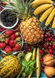 Zdrowego lata owocowa rozmaitość Słodkie wiśnie, truskawki, czernicy, brzoskwinie, banany, melonów plasterki i nowi liście, Obrazy Stock