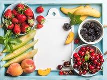 Zdrowego lata owocowa rozmaitość Słodkie wiśnie, truskawki, czernicy, brzoskwinie, banany, melonów plasterki i nowi liście, Zdjęcia Royalty Free