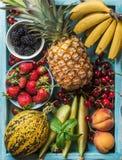 Zdrowego lata owocowa rozmaitość Słodkie wiśnie, truskawki, czernicy, brzoskwinie, banany, melonów plasterki i nowi liście, Obraz Stock
