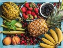 Zdrowego lata owocowa rozmaitość Słodkie wiśnie, truskawki, czernicy, brzoskwinie, banany, melonów plasterki i nowi liście, Zdjęcie Stock