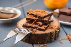Zdrowego rzemiosła czekoladowi bary z pomarańczową skórką i kakao na drewnie Fotografia Royalty Free