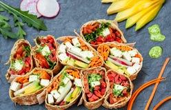 Zdrowego weganinu tortilla sałatkowi opakunki Obrazy Stock