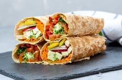 Zdrowego weganinu tortilla sałatkowi opakunki Zdjęcia Stock