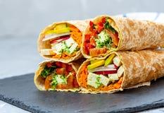 Zdrowego weganinu tortilla sałatkowi opakunki Zdjęcia Royalty Free