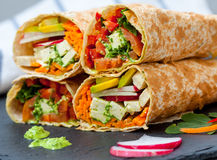 Zdrowego weganinu tortilla sałatkowi opakunki Fotografia Stock