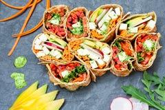 Zdrowego weganinu tortilla sałatkowi opakunki Fotografia Royalty Free