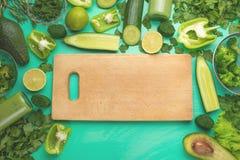Zdrowego zielonego weganinu kulinarni składniki Lay z drewniany zniechęcać, zieleni warzywa i zielenie, odgórny widok Czyści jedz obrazy royalty free
