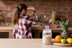 Zdrowej diety śniadaniowego oatmeal owocowy zdrowotny je zdjęcie royalty free